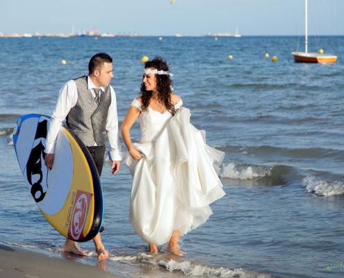 Novios-con-tabla-de-surf-LuxFotografia